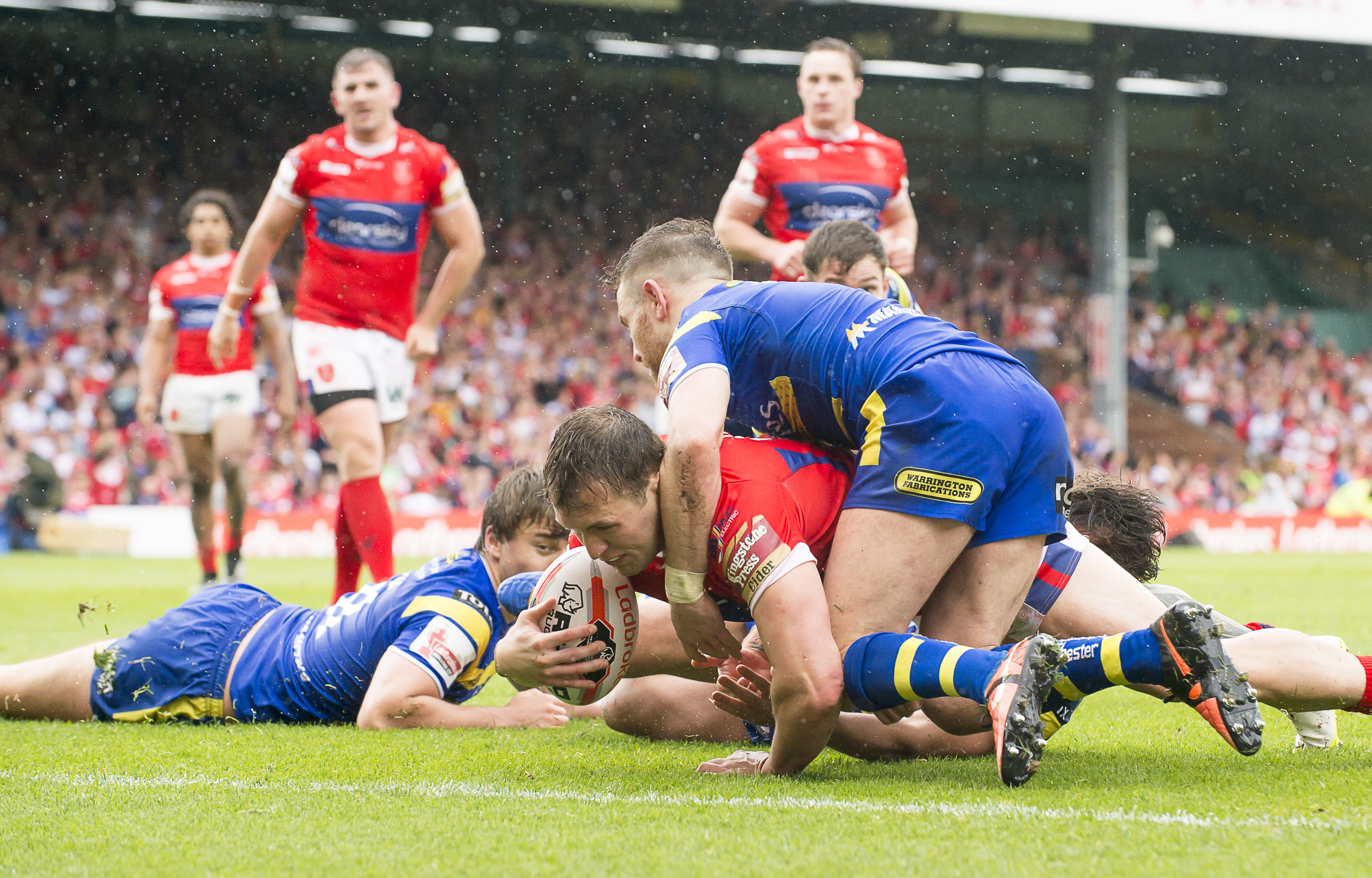 Picture by Allan McKenzie/SWpix.com - 01/08/2015 - Rugby League - Ladbrokes Challenge Cup Semi Final - Warrington Wolves v Hull Kingston Rovers - Headingley Carnegie Stadium, Leeds, England - Hull KR's Shaun Lunt powers over for the game-winning try against Warrington.